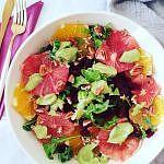 Boerenkool- citrussalade met bietjes en avocadodressing