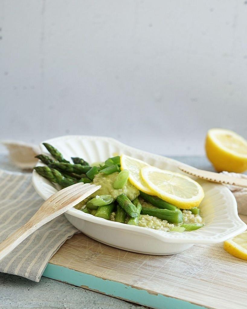 asperges met quinoa en avocado creme